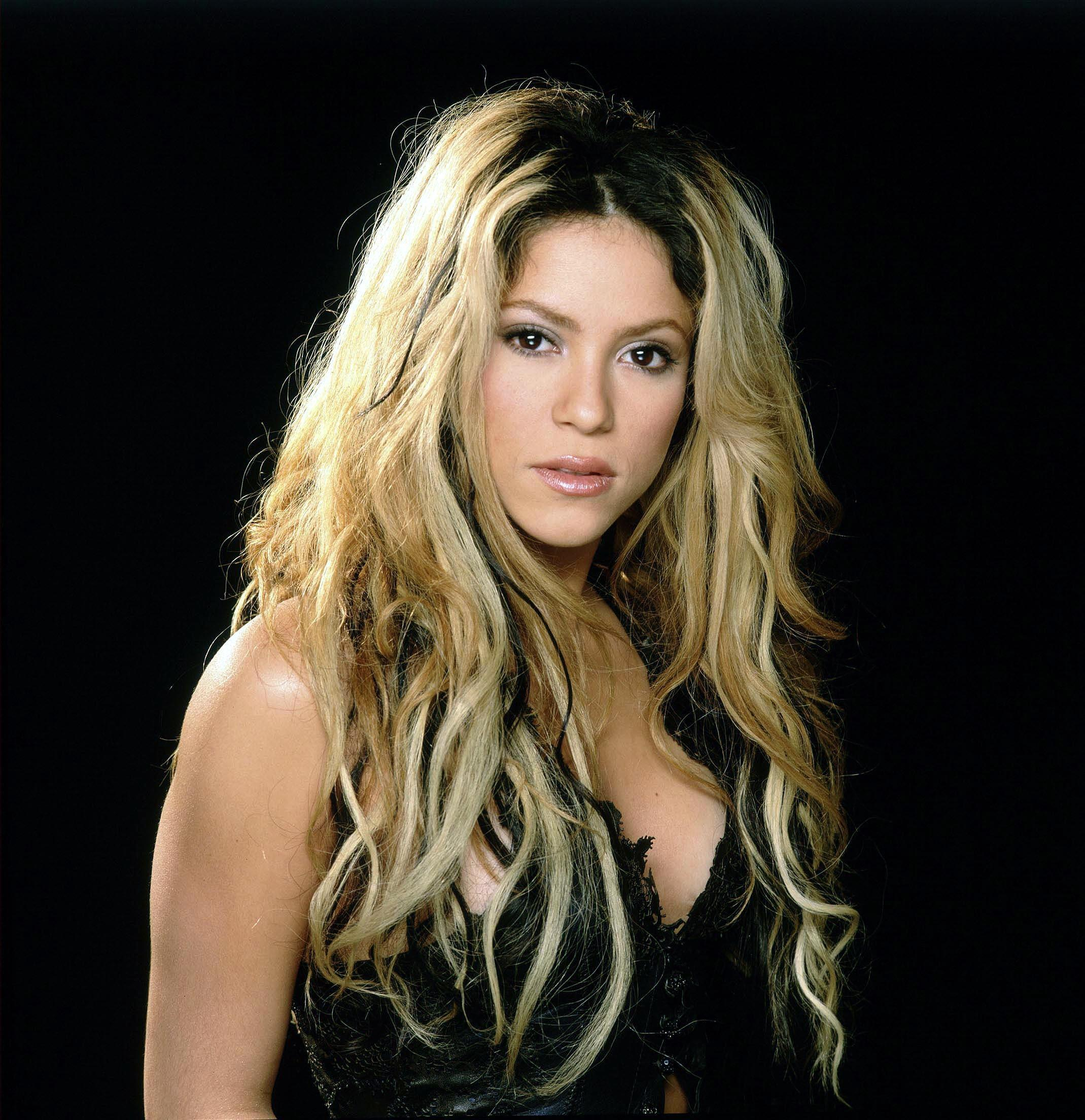 the biography of shakira The shakira biography begins on february 2, 1977, in barraquilla, colombia, when shakira isabel mebarak ripoll was born she claims spanish, italian and lebanese roots, and this family influence would go on to be evident in her music.