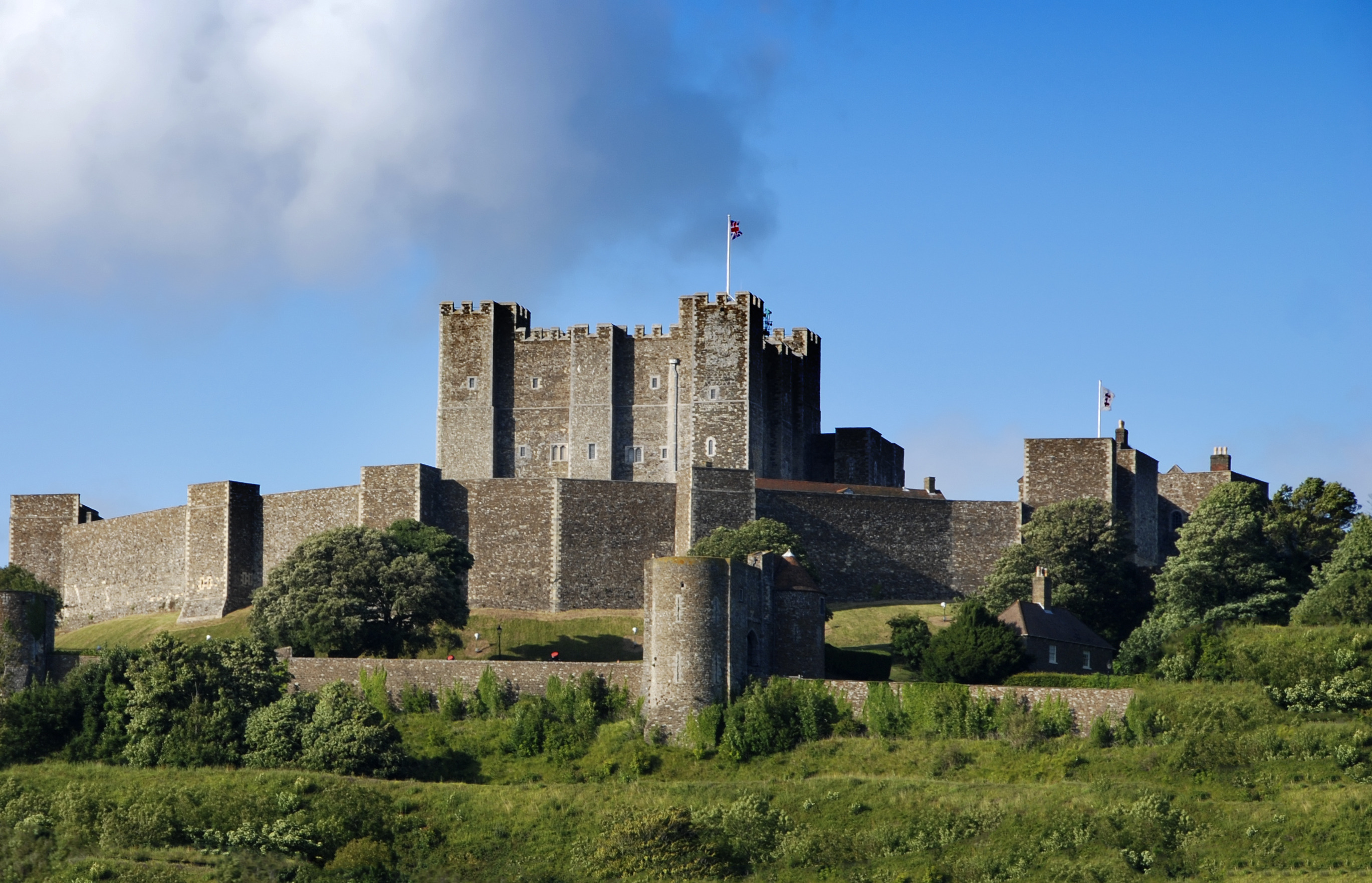 the dover castle Over castle is situated at the shortest sea crossing of english channel this has made it one of the most important defensive sites in britain.
